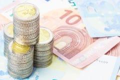 Münzen und neue Eurorechnungen Lizenzfreie Stockfotos