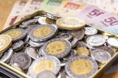 Münzen und Rechnungen Lizenzfreies Stockfoto