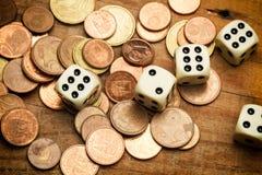 Münzen und würfelt lizenzfreie stockfotografie