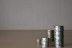 Münzen in vier Spalten Stockbilder