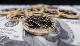 Münzen von bitcoin auf Dollaranmerkungen Stockfotos