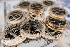 Münzen von bitcoin auf Dollaranmerkungen Lizenzfreies Stockfoto