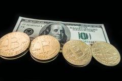 Münzen von bitcoin auf Dollaranmerkungen Stockbild