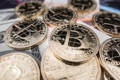 Münzen von bitcoin auf Dollaranmerkungen Stockfotografie