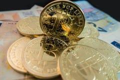 Münzen von bitcoin auf Dollaranmerkungen Lizenzfreies Stockbild