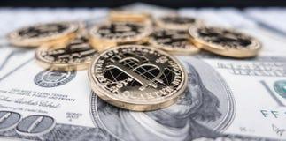 Münzen von bitcoin auf Dollaranmerkungen Lizenzfreie Stockfotos