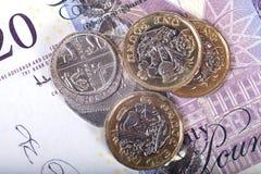 Münzen von GPB über Banknote Stockbild