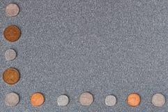 Münzen von Großbritannien der unterschiedlichen Würde vor dem hintergrund des grauen Granits lizenzfreie stockfotografie