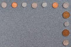Münzen von Großbritannien des Hintergrundes des grauen Granits lizenzfreie stockfotos