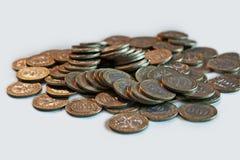 Münzen von Kasachstan, Tenge, auf dem Tisch Separat vorgewählter Hintergrund stockbild