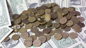 Münzenfall auf die zerlegten Dollar stock video footage