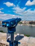 Münzenferngläser in der europäischen schönen Stadt im Sommer stockfotografie