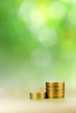 Münzengebäude auf grünem Hintergrund Stockfotos
