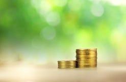 Münzengebäude auf grünem Hintergrund Stockbilder