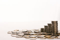 Münzengeld sammeln Feindabwehr auf Isolathintergrund Lizenzfreie Stockfotos