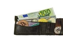 Münzengeldbeutel mit Bargeld, zwei Münzen Bitcoin, greller Antrieb und USB legen herein Lizenzfreies Stockbild