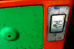 Münzenrückholschlitz des alten Telefons Lizenzfreie Stockfotos