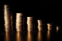 Münzenstapel auf schwarzem bacground Stockfotos