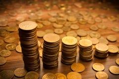 Münzenstapel auf schwarzem bacground Lizenzfreie Stockfotografie