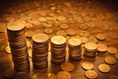 Münzenstapel auf schwarzem bacground Stockfoto