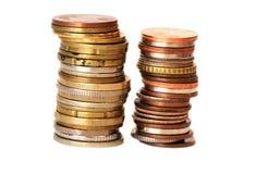Münzenstapel auf weißem Hintergrund Stockfoto