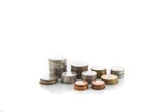 Münzenstapel auf weißem Hintergrund Stockfotografie