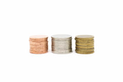 Münzenstapel auf weißem Hintergrund stockbild