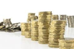 Münzenstapel auf weißem Hintergrund Lizenzfreies Stockbild