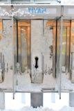 Münztelefon bedeckt im Schnee Stockfotos