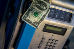 Münztelefon mit Dollarschein Lizenzfreies Stockfoto
