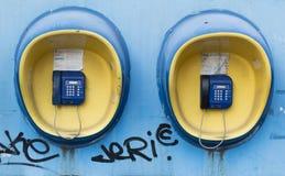 Münztelefon mit zwei Straßen Stockbild