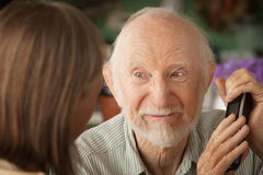 Mürrische ältere Paare mit Telefon stockbilder
