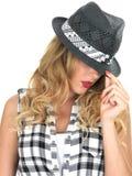 Mürrische schwüle junge moderne Frau, die schwarzen Tilbury-Hut trägt Lizenzfreie Stockbilder