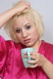 Mürrischer blonder trinkender Kaffee (2) Stockfotos