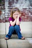 Mürrisches kleines Mädchen, das auf Beschränkung sitzt Lizenzfreie Stockbilder