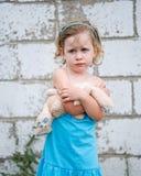 Mürrisches kleines Mädchen mit Häschen Stockfoto