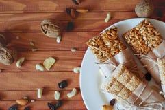Müsliriegel gemacht von den Samen des indischen Sesams, Erdnüsse, Acajounüsse Lizenzfreies Stockfoto
