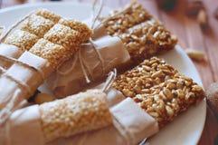 Müsliriegel gemacht von den Samen des indischen Sesams, Erdnüsse, Acajounüsse Stockfotografie