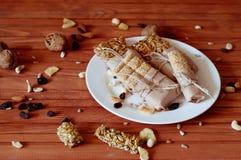Müsliriegel gemacht von den Samen des indischen Sesams, Erdnüsse, Acajounüsse Stockfotos