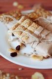 Müsliriegel gemacht von den Samen des indischen Sesams, Erdnüsse, Acajounüsse Stockfoto