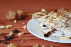 Müsliriegel gemacht von den Samen des indischen Sesams, Erdnüsse, Acajounüsse Lizenzfreie Stockfotografie