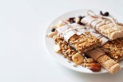 Müsliriegel gemacht von den Samen des indischen Sesams, Erdnüsse, Acajounüsse Stockbilder