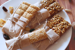 Müsliriegel gemacht von den Samen des indischen Sesams, Erdnüsse, Acajounüsse Lizenzfreie Stockbilder
