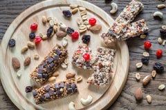 Müsliriegel mit getrockneten Beeren und Schokolade Stockfotografie