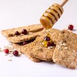 Müsliriegel mit Hafermehl-Schokoladen-Beere und Honey Tasty Cookies White Background-Abschluss herauf Quadrat Stockfotos