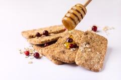 Müsliriegel mit Hafermehl-Schokoladen-Beere und Honey Tasty Cookies White Background-Abschluss oben Stockbilder
