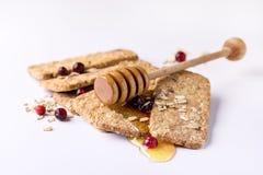 Müsliriegel mit Hafermehl-Schokoladen-Beere und Honey Tasty Cookies White Background-Abschluss oben Lizenzfreie Stockfotos