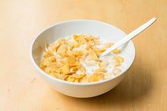 Müslischüssel mit Milch stockbilder