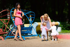 Mütter, die mit Kindern spielen stockbild