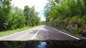 Mütze-Ansichtgesamtlänge eines Autos, das die kurvenreiche Straße hinuntergeht stock video footage